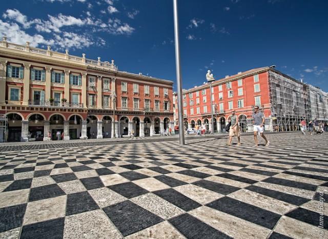 Fotografía de plaza de Niza cuyo suelo es ajedrezístico