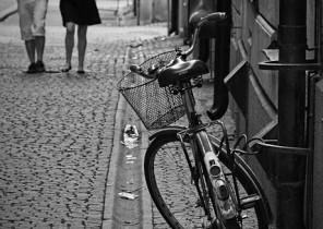 Fotografía de bicicleta, al fondo pareja paseando felizmente en calle sueca
