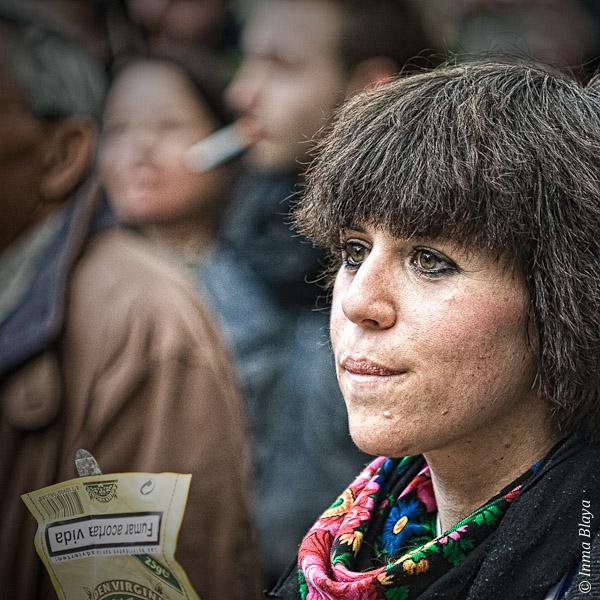 Retrato de joven adulta que sostiene sobre de tabaco de liar