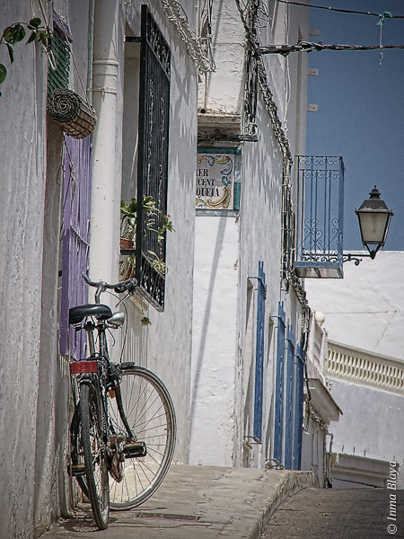 Fotografía de calle típica mediterránea con bicicleta en primer plano