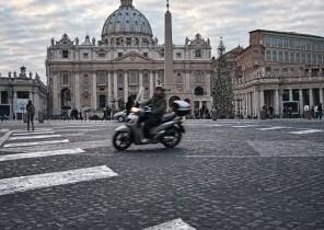 Fotografía urbana de moto cruzando paso de peatones en Roma