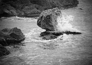 Fotografía de paisaje marino de olas rompiendo sobre rocas