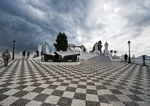 Plaza de Benidorm, suelo ajedrezístico, cielo nublado