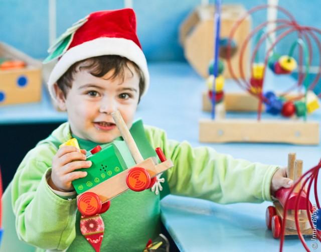 Árbol navideño se divierte